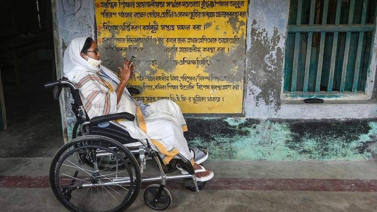 बंगाल की सीएम ममता बनर्जी 1 अप्रैल, 2021 को नंदीग्राम के बोयल में एक मतदान केंद्र पर